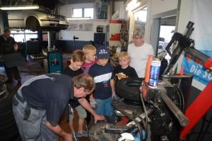 Sasbach. Interessiert schauen die Schüler beim Reifen wechseln zu. In weißem T-Shirt Klassenlehrer Thomas Müller.